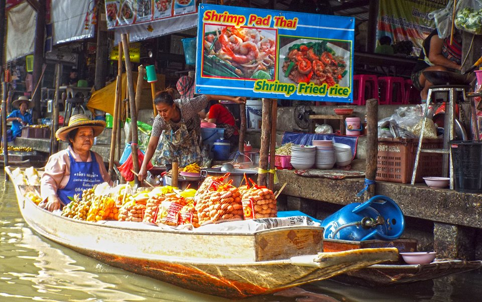 floating market in thailand Almost every traveller has a visit to a floating market in mind on his first trip to bangkok some will succeed but the large majority will be discouraged by the distance, the price of the tour and definitely the ludicrously early wake up time.